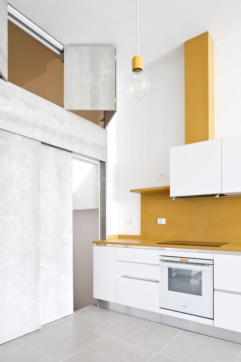 la soluzione d'angolo tra la parete gialla in MDF e la parete grigia in Viroc® pia Porte