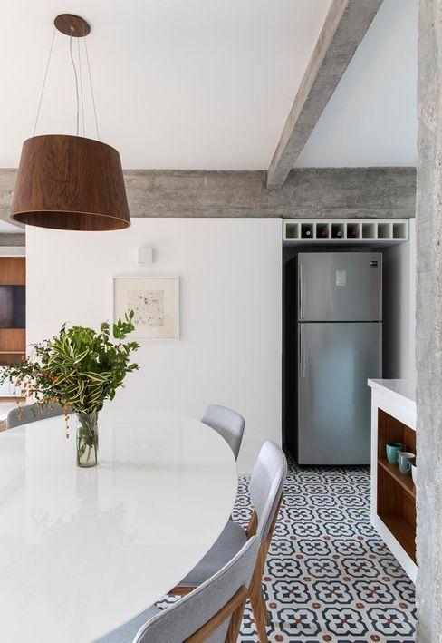 Nicho para geladeira e Sala de jantar INÁ Arquitetura Salas de jantar modernas