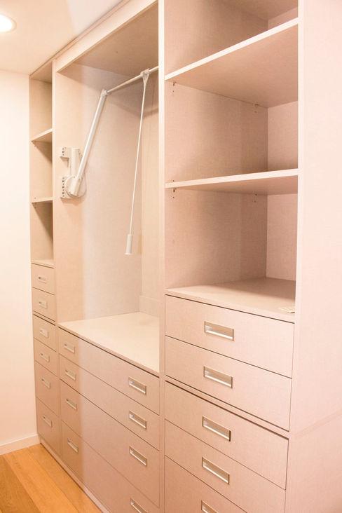 Closet ORCHIDS LOFT by Alexandra Pedro Closets modernos Madeira Cinzento