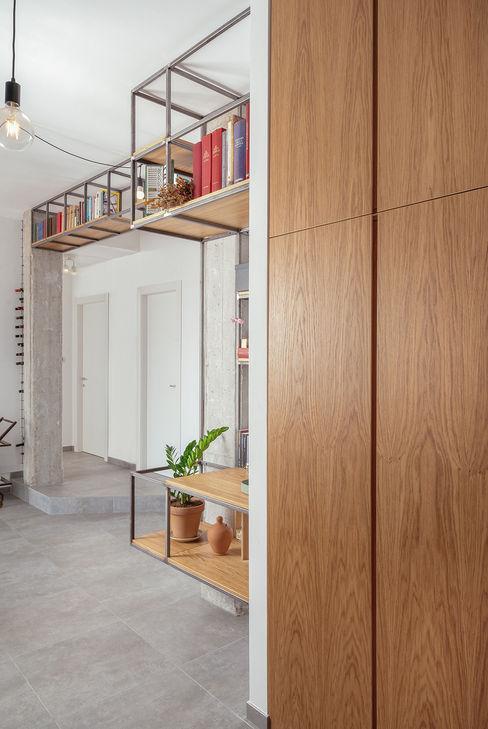 Ingresso manuarino architettura design comunicazione Ingresso, Corridoio & Scale in stile industriale Legno Marrone