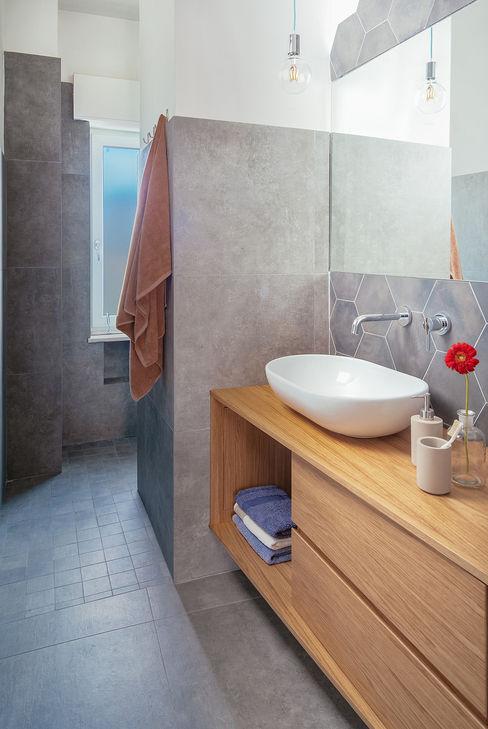 Bagno con doccia manuarino architettura design comunicazione Bagno in stile industriale Piastrelle Grigio