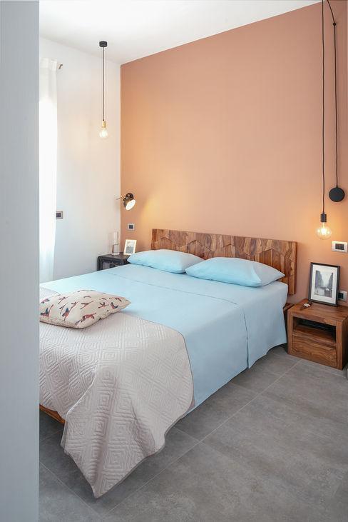 Camera padronale manuarino architettura design comunicazione Camera da letto in stile industriale Legno Rosso