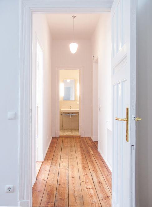 Komplettsanierung einer 2-Zimmer-Altbauwohnung in Berlin-Charlottenburg Holzeco GmbH   Haus- & Wohnungssanierung   Komplettsanierung von A - Z Klassischer Flur, Diele & Treppenhaus