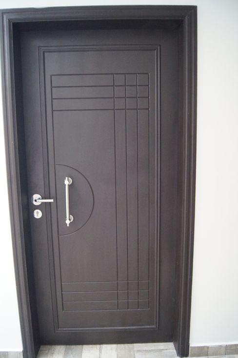 PUERTAS ARQUITECTOS TREJO Puertas modernas Acabado en madera