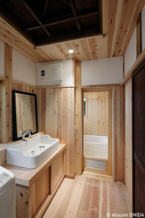 洗面脱衣所 西本建築事務所 一級建築士事務所 クラシックスタイルの お風呂・バスルーム 木 木目調