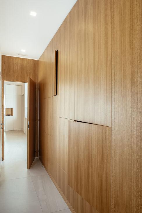 corridoio e parete in legno manuarino architettura design comunicazione Ingresso, Corridoio & Scale in stile moderno
