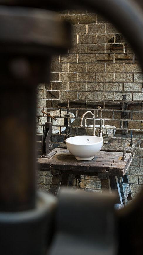 Waschtisch im Industriedesign Traditional Bathrooms GmbH Industriale Badezimmer