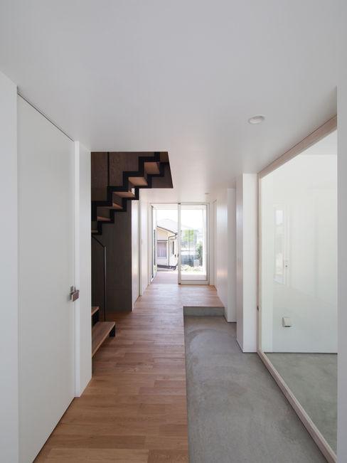via イシウエヨシヒロ建築設計事務所 YIA モダンスタイルの 玄関&廊下&階段