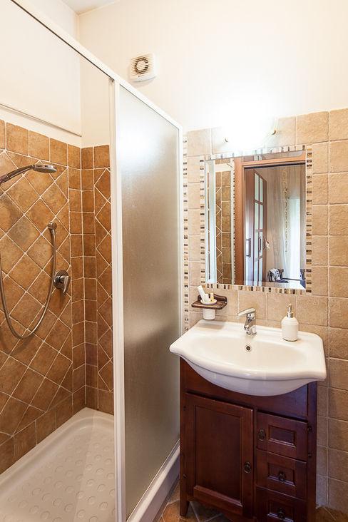 Un piccolo bagno LRC Architettura e Design Bagno in stile classico Beige