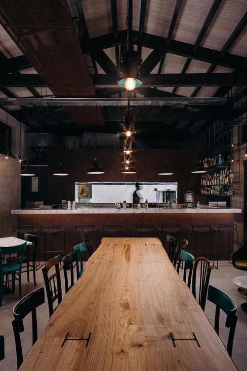 Volume Cucina e bar manuarino architettura design comunicazione Bar & Club in stile industrial Ferro / Acciaio Marrone