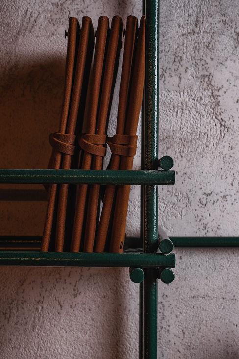 Dettaglio bottigliera manuarino architettura design comunicazione Bar & Club in stile industrial Ferro / Acciaio Verde