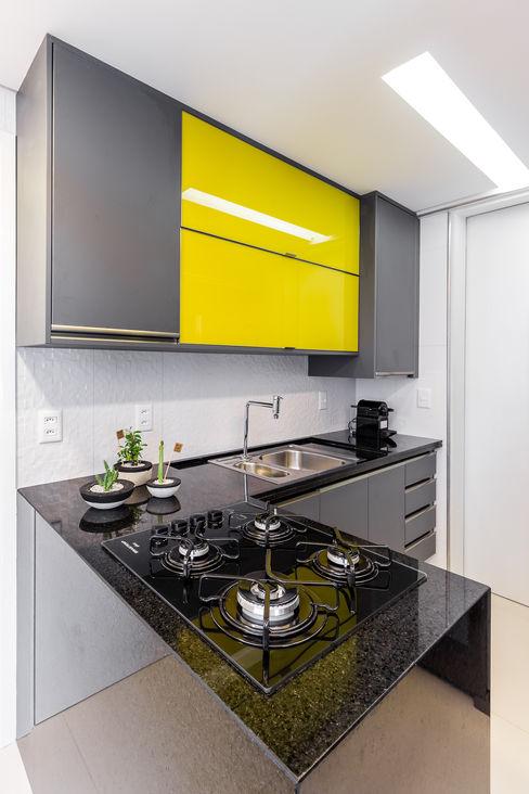 Cozinha/ Armários/ Pedra/ Sanca Arquitetura Sônia Beltrão & associados Cozinhas modernas Amarelo