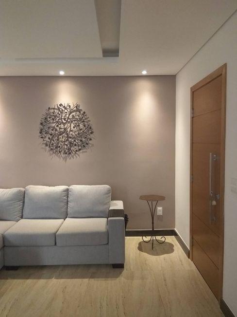 Living com sofá recuperado homify Salas de estar modernas de madeira e plástico Multi colorido