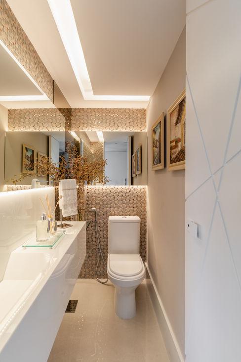 Lavabo/ Sanca/ Espelho/ Iluminação indireta Arquitetura Sônia Beltrão & associados Banheiros modernos Mármore Bege