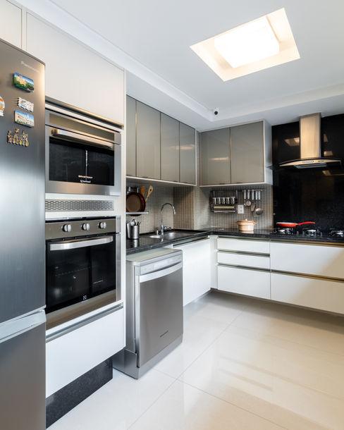 Cozinha/ Armários/ Arquitetura Sônia Beltrão & associados Cozinhas modernas Granito Cinza