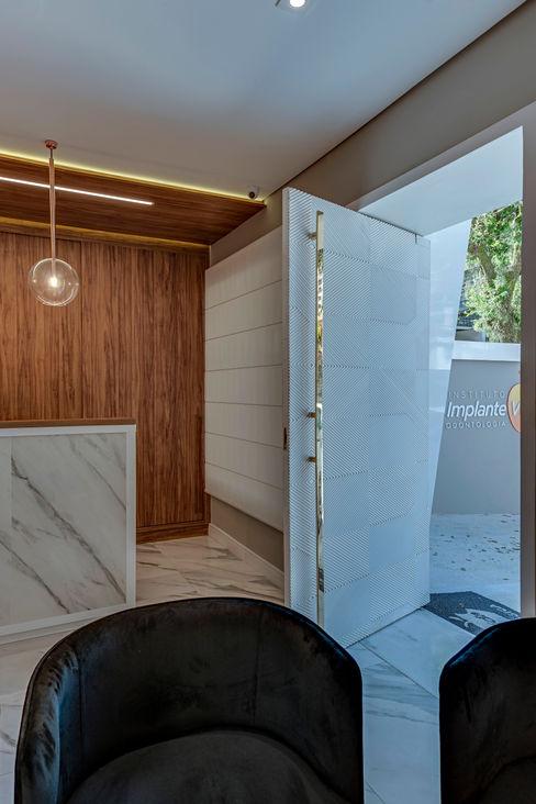 Clinica Implante Vida Julieta Murad Arquitetura Portas de entrada Madeira Branco