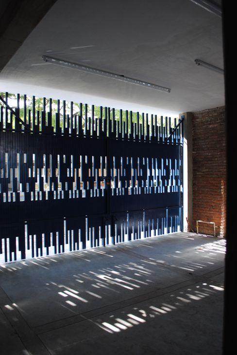 detalle de reja en fachada a base de herrería. Diseño personalizado. Moctezuma Arquitecto Puertas principales Metal Azul