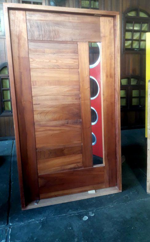 PORTA PIVOTANTE CEDRO ROSA ANY PORTAS E JANELAS ESQUADRIAS DE MADEIRA Condomínios Madeira Efeito de madeira