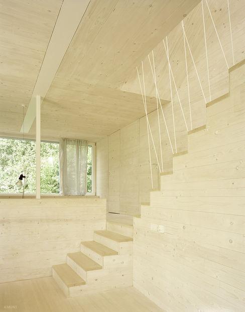 Hervorragendes Raumklima und nachhaltige Bauweise durch Massivholz AMUNT Architekten in Stuttgart und Aachen Ausgefallene Wohnzimmer Holz Beige