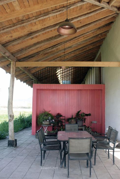 Reparación y Rehabilitación de Galpón en Toquihua por ALIWEN ALIWEN arquitectura & construcción sustentable - Santiago Balcones y terrazas coloniales