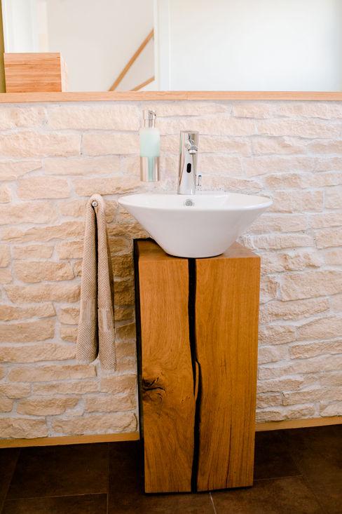 Ein Holzblock als Waschtisch T-raumKONZEPT - Interior Design im Raum Nürnberg BadezimmerWaschbecken Holz