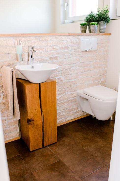 Gäste-Toilette T-raumKONZEPT - Interior Design im Raum Nürnberg Moderne Badezimmer Holz