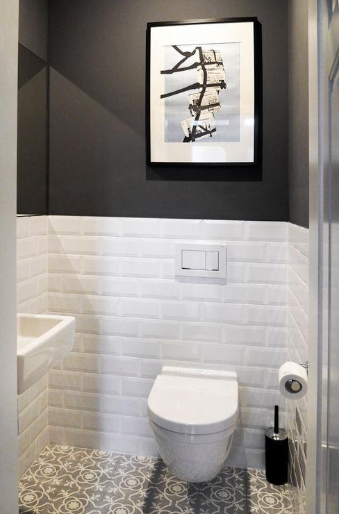 Altbauwohnung für eine junge Familie DANS Architektur Klassische Badezimmer Fliesen Weiß