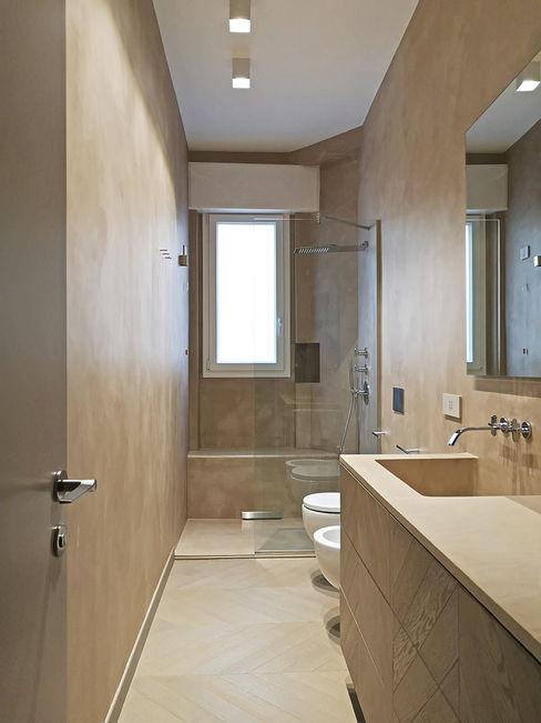 Bagno in microcemento con vasca e doccia integrata senza ulteriore rivestimento Giulia Grillo Architetto Bagno moderno