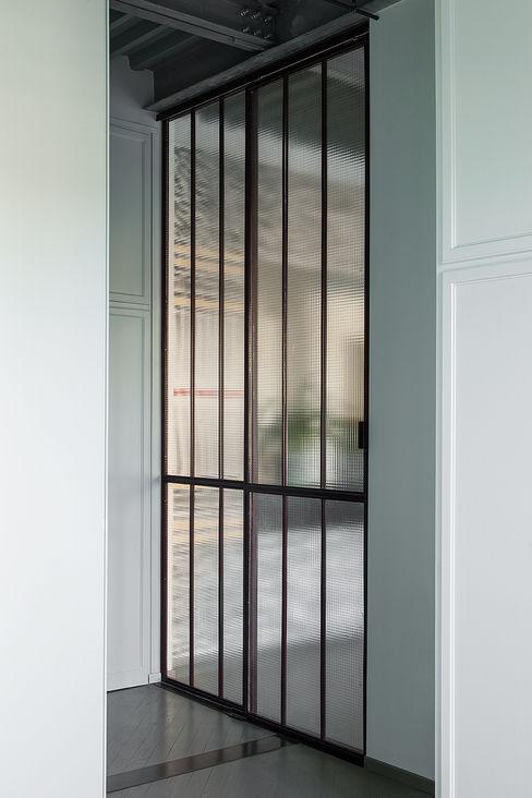 Porta scorrevole in ferro e vetro Manuela Tognoli Architettura Porte di vetro