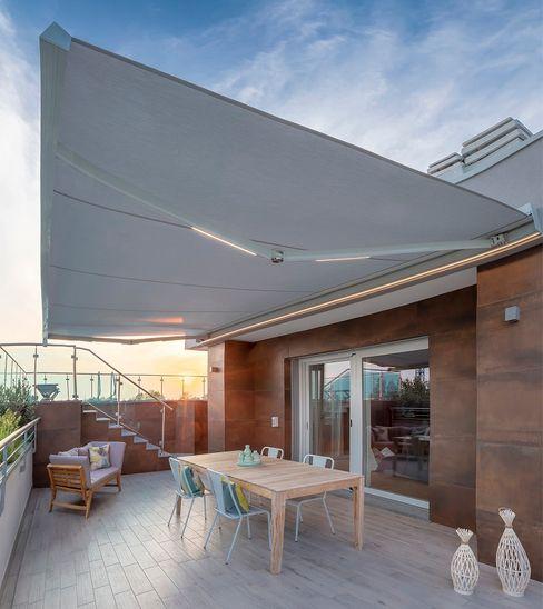 Design e Luce .. Brianzatende Balcone, Veranda & Terrazza in stile moderno Grigio