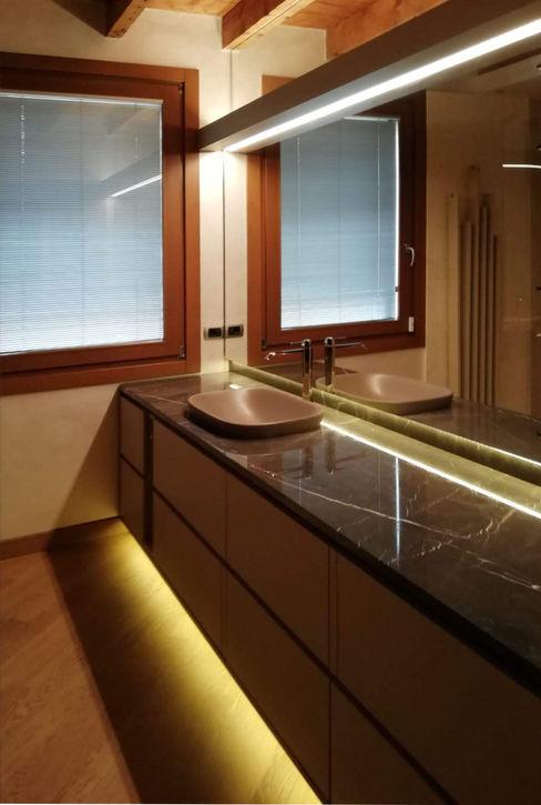 Alessandra Vellata Architetto Minimalist bathroom Marble Amber/Gold
