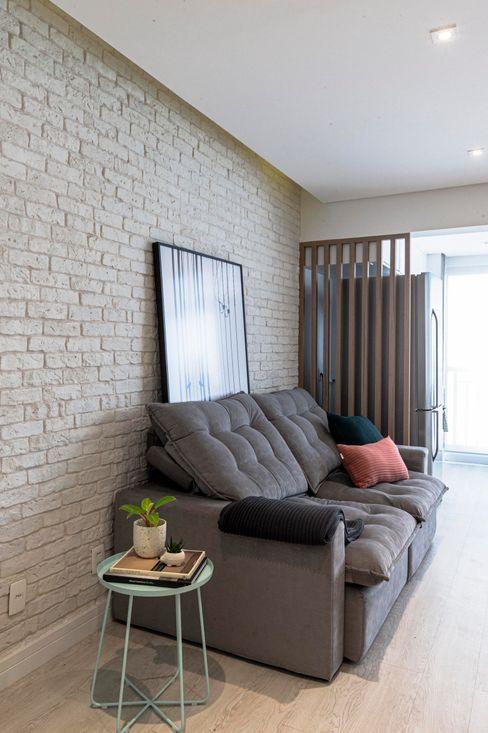Sala de Estar Moderna Integrada Apartamento Pequeno de Jovem Casal Mirá Arquitetura Salas de estar modernas Tijolo Branco