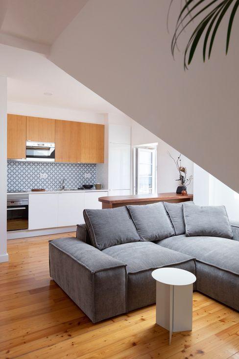 Travessa da Pereira Apartment Lola Cwikowski Studio Nhà bếp phong cách tối giản