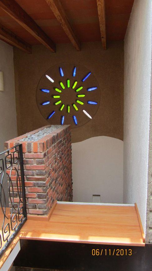 Vitral hecho a base de botellas recicladas sobre un acabado de tierra molida FAR920924JC0 Escaleras Vidrio