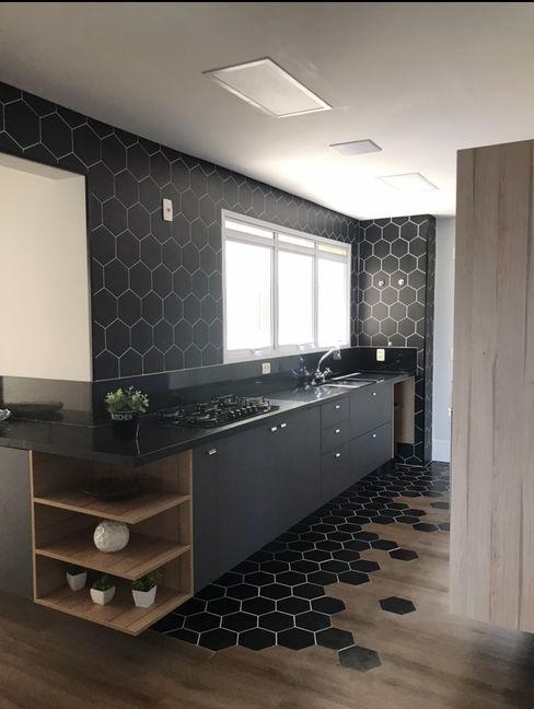 Revestimento hexagonal , cozinha planejada combinação perfeita STUDIO SPECIALE - ARQUITETURA & INTERIORES Armários e bancadas de cozinha Cerâmica Cinza