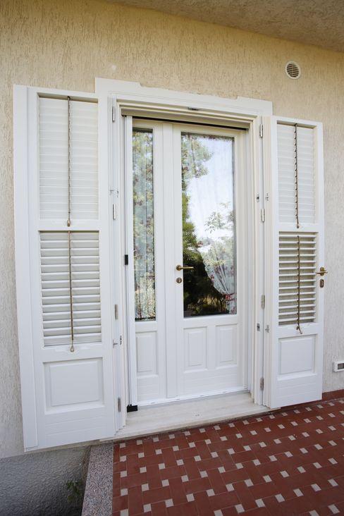 Porta finestra con persiana alla Modicana FALEGNAMERIA DI LORENZO Finestre in legno Legno Bianco