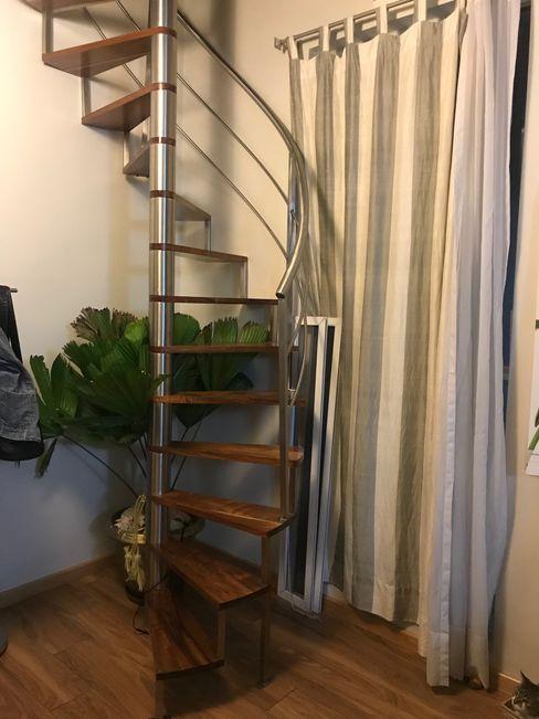 ESCALERAS DE MADERA CON BARANDAL DE ACERO Mulizh Decor Studio Escaleras Madera maciza Acabado en madera