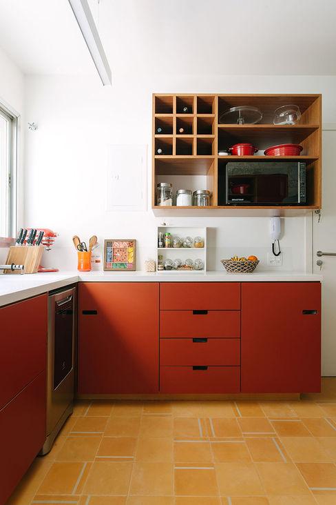 Apartamento com clima de casa Estudio Piloti Arquitetura Cozinhas modernas
