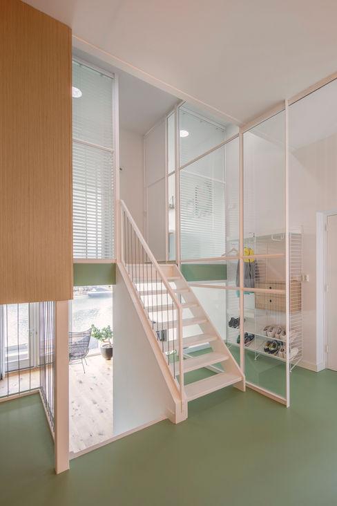 Appartement IJburg, Amsterdam ÈMCÉ interior architecture Moderne gangen, hallen & trappenhuizen Hout Groen
