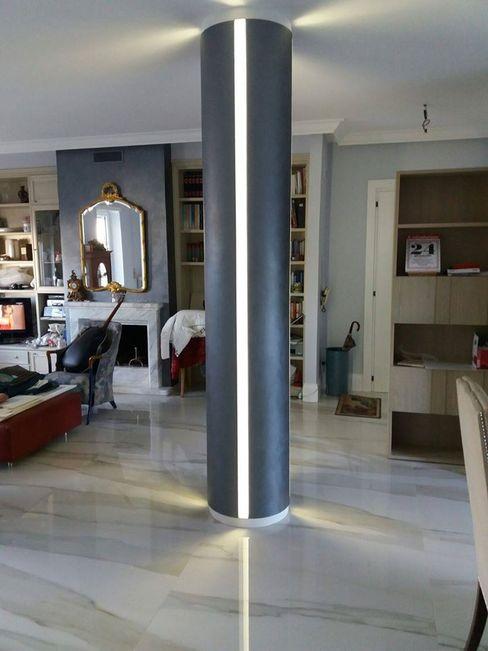 Realizzazione di una bellissima colonna LED in polistirene resinato. Trasformazione da un pilastro quadrato ad uno tondo. Arte Design & Colore Soggiorno moderno Metallizzato/Argento