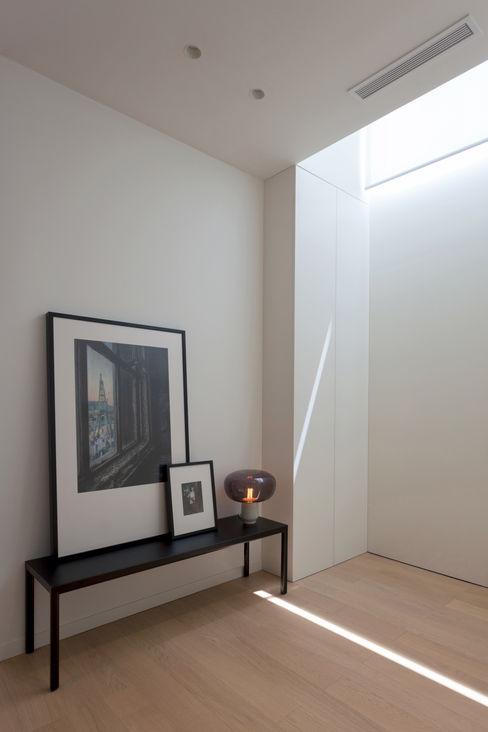 Recibidor MANUEL GARCÍA ASOCIADOS Pasillos, vestíbulos y escaleras de estilo moderno Blanco