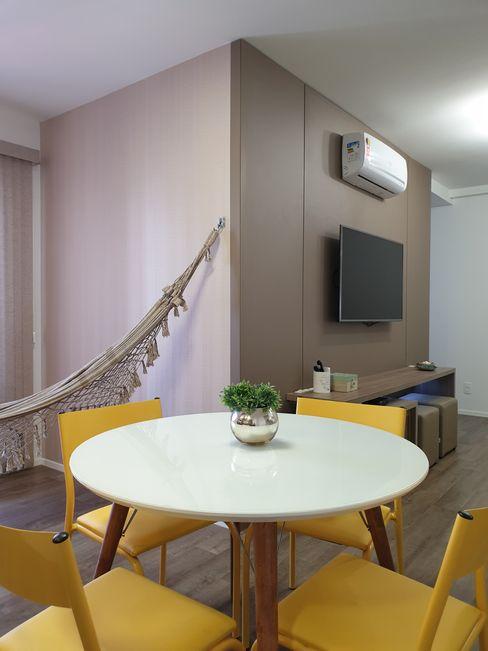 Apartamento na praia Larissa Minatti Interiores Salas de jantar minimalistas