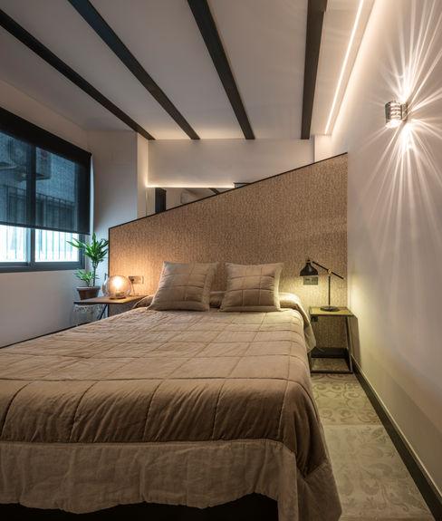 Decoración interior y Reforma integral de Piso de 80m2 en Triana Sevilla, para alquiler vacacional Antonio Calzado 'NEUTTRO' Diseño Interior Dormitorios pequeños Hierro/Acero Gris