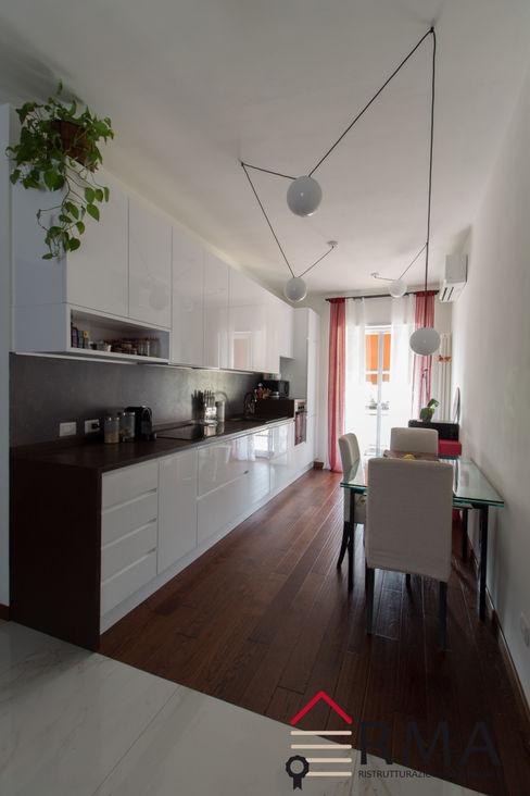 Cucina su misura moderna con lampadari a sospensione RMA srl - Ristrutturazioni da ManuAle Cucina attrezzata