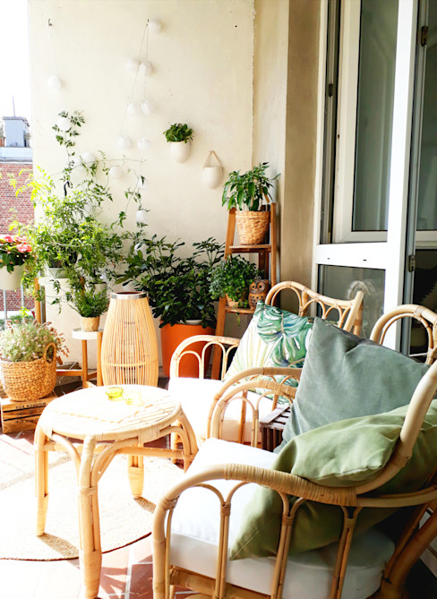 Weiß, Holz, Rattan und Pflanzen. La mila Interior Design Balkon