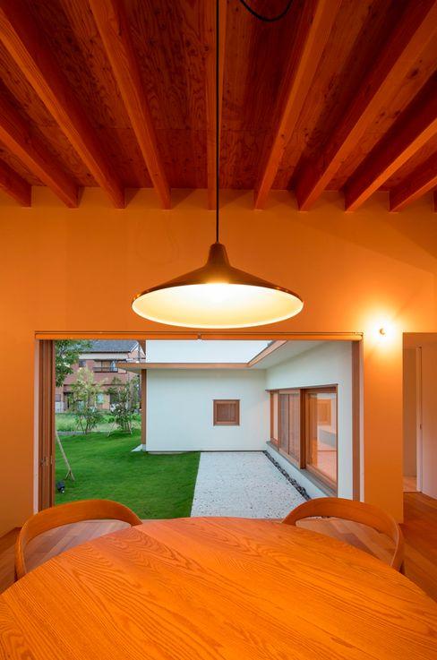 食堂より中庭を望む 松原建築計画 一級建築士事務所 / Matsubara Architect Design Office 北欧デザインの ダイニング 木 白色