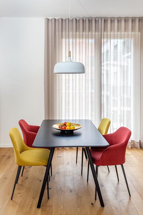 CONSCIOUS DESIGN - INTERIORS Sala da pranzo moderna Legno Rosso