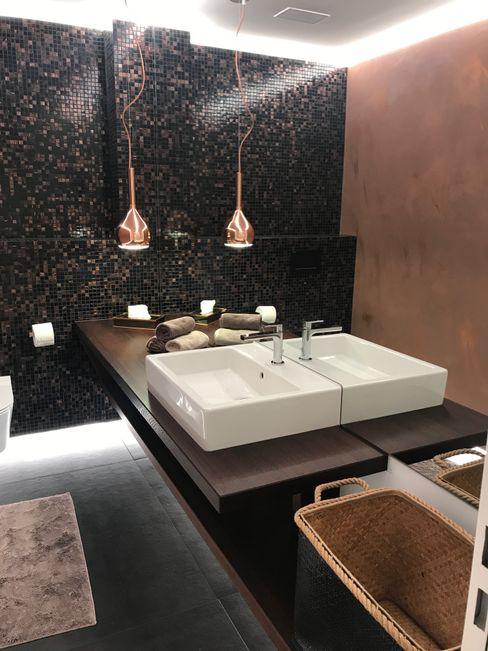 Waschtischmöbel mit Hängeleuchte Ottagono+Rechsteiner Interior AG Moderne Badezimmer Braun