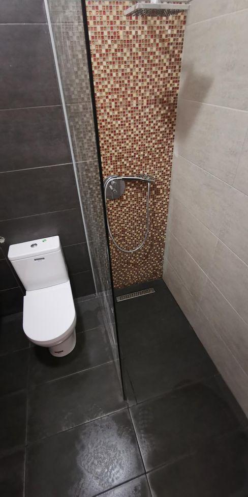 outro pormenor da zona de duche IIP - Reabilitação e Construção Casas de banho modernas Vidro Ambar/dourado