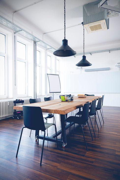 hysenbergh GmbH | Raumkonzepte Duesseldorf Espaces de bureaux industriels Bois massif Marron